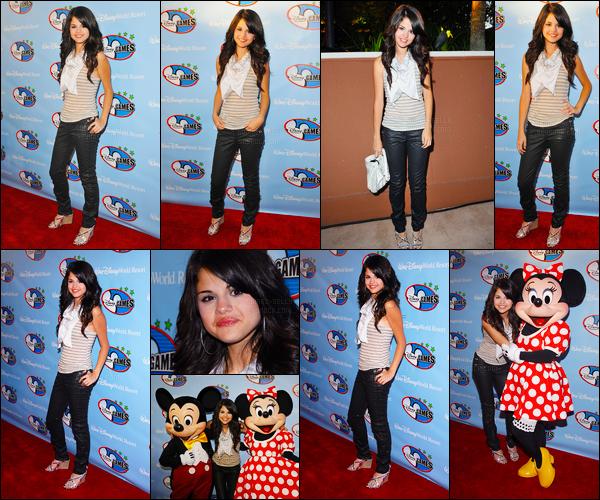 ''•-02/05/08-' : Selena Gomez était présente lors du « Disney Channel Games » se situant étant à - Los Angeles ! S. a posée avec Mickey et Minnie Mouse, elle est trop mignonne je trouve ! Concernant sa tenue, c'est un petit top de ma part, vos avis ?!