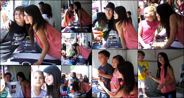 ''•-02/05/08-' : Selena Gomez était en séance de dédicace à « Kids Mix 941 » qui se déroulait dans Los Angeles ! S. adorable comme on l'a connait a posée avec ces fans, S. était adorable et très souriante ! Concernant la tenue elle est plutôt jolie, top.
