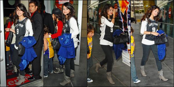 ''•-21/05/08-' : Selena Gomez a été photographiée se rendant au match de « Lakers vs Spurs » à - Los Angeles ! Nous avons très peu de photos de cette sortie, malheureusement. Selena été accompagnée de ses cousins lors de cette sortie. C'est top !
