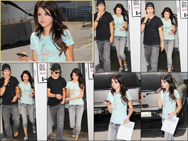 06.06.08 ─ Selena Gomez a été photographiée alors qu'elle quittait les studios de Disney dans Los Angeles, CA.Selena est sortie en compagnie de son co-star, David Henrie. Et son téléphone à l'oreille la belle continuait son chemin. Concernant sa tenue, un top