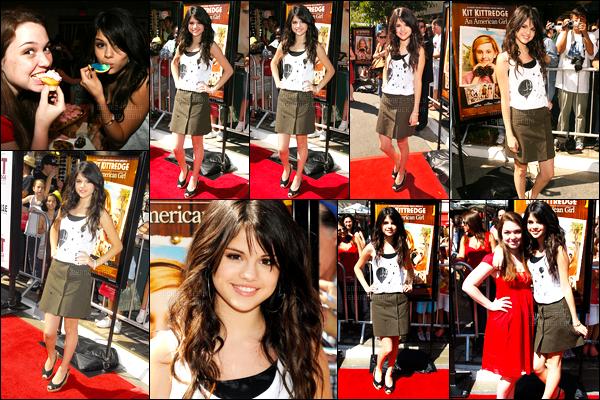 14.06.08 ─ Selena Gomez était présente à l'avant-première « Kit Kittredge: An American Girl » dans Los Angeles.C'est encore toute jeune que la brunette a foulée le tapis rouge pour l'avant-première. Concernant sa tenue, c'est pas un énorme top mais ça passe...