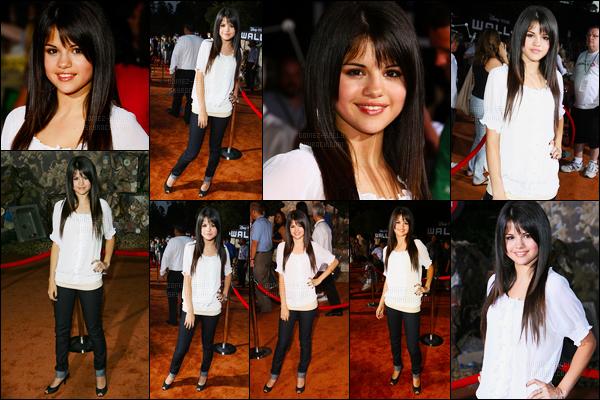 ''•-21/06/08-' : Selena Gomez était présente à l'avant-première du dessin animé de « WALL-E » à Los Angeles ! S .était toute mignonne lors de cet avant-première. Concernant sa tenue, c'est pas trop ça encore, je trouve ça trop simple pour une AP.