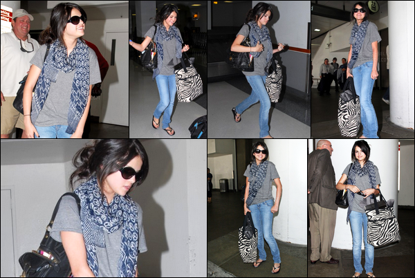 ''•-25/06/08-' : Selena Gomez a été photographiée alors qu'elle arrivait à l'aéroport de LAX dans Los Angeles ! Nous avons pas d'infos sur l'endroit où Selena s'envole. Concernant sa tenue, je trouve que c'est un très beau top, de sa part ! Vos avis ?!