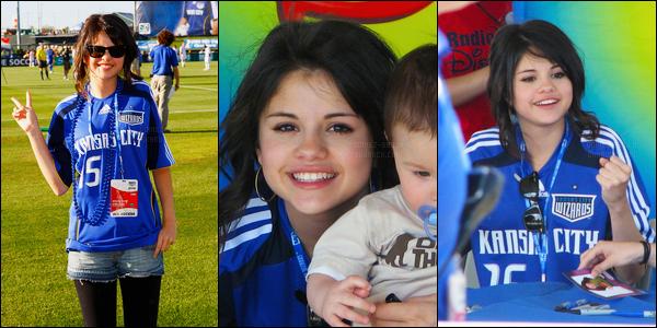 ''•-21/06/08-' : Selena Gomez était présente à lors du Meet and Great du « Wizards Game » étant à Kansas City. Sel était trop mignonne avec le petit. Selena était très souriante lors de cet événement et ça fait plaisir. J'aime beaucoup sa tenue perso.