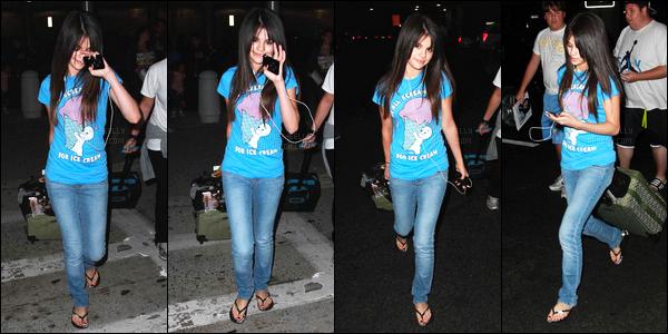 ''•-07/07/08-' : Selena Gomez a été photographiée alors qu'elle arrivait à l'aéroport de LAX dans Los Angeles ! Toujours très peu de photos, Sel a été vue très généreuse avec ces fans où elle a pris le temps de signer des autographes. C'est un top !