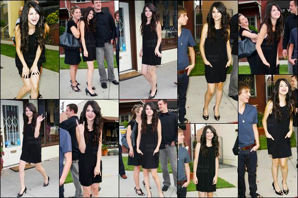 ''•-21/06/08-' : Selena Gomez était présente pour l'inauguration du restaurant « Pop Factory », à - Los Angeles. C'est accompagnée de son beau-père, de sa mère et de son cousin que la belle brune s'y est rendue, S. a même était vue le quittant. Top.