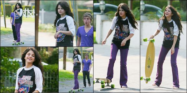 ''•-16/07/08-' : Selena Gomez a été aperçue alors qu'elle faisait du skateboard avec son cousin à Los Angeles ! Sel qui avait l'air de très bonne humeur, semblait s'amuser en compagnie de son cousin ! Concernant la tenue, elle est pas mal, mais bof.