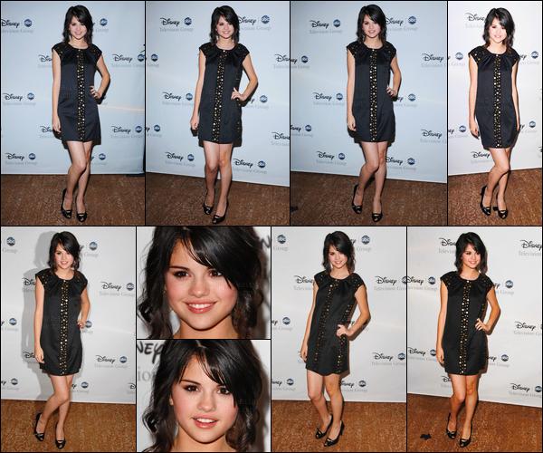 17.07.08 ─ Selena Gomez était présente lors de l'événément Abc Summer All Star Party, étant dans Los Angeles.Selly était vraiment magnifique lors de cette soirée, en plus de cela, sa tenue est très jolie je trouve, personnellement, c'est un top de ma part, avis ?