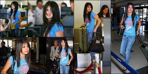 ''•-30/07/08-' : Selena Gomez a été aperçue alors qu'elle arrivait à l'aéroport de « LAX », étant à - Los Angeles. Nous connaissons pas la destination de la chanteuse, mais nous le saurons bientôt. Concernant sa tenue, c'est un petit top pour ma part !