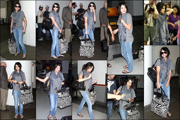 02.08.08 ─ Selena Gomez a été photographiée alors qu'elle arrivait à l'aéroport de JFK étant dans New-York City.C'est une Selena G qui était très souriante que nous avons retrouvée, et ouverte à ses fans ! Concernant la tenue, c'est un déjà vue mais c'est un top !