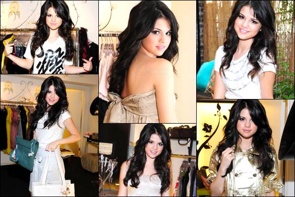 ''•-05/08/08-' : Selena Gomez a été photographiée à l'institut de beauté « Caravan Stylist Studio », à New-York. S. a donc essayée plusieurs tenues, aussi jolie les unes que les autres je trouve personnellement. C'est fou toute les tenues lui vont à ravir