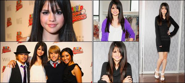 ''•-09/08/08-' : Selena Gomez était présente lors du 16e anniversaire de Cole et Dylan Sprouse à Los Angeles. Longue journée pour la brune S. puisqu'elle s'est rendue plutôt chez Keri Levitt et a été photographiée faisant du shopping avec ces amis.