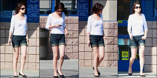 11.08.08 ─ Selena Gomez a été photographiée, alors, qu'elle quittait le magasin Rite Aid, étant dans Los Angeles.Après avoir fait un petit peu de shopping, c'est en famille et à la plage que nous avons retrouver notre belle Selena Gomez. Ses tenues sont deux tops