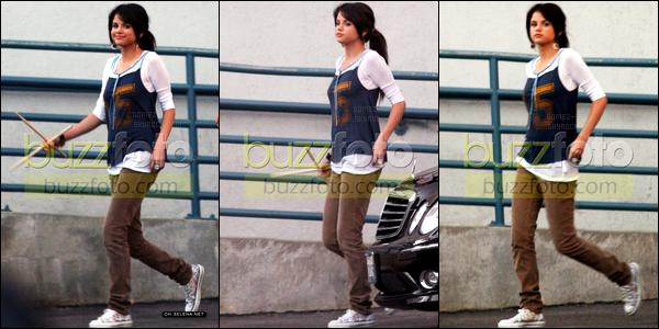 13.08.08 ─ Selena Gomez a été photographiée alors qu'elle se rendait dans des studios, étant dans Los Angeles.Malheureusement nous avons très peu de photos et en plus elles sont taggués. Concernant la tenue de Selena Gomez, j'aime pas, c'est un gros flop !