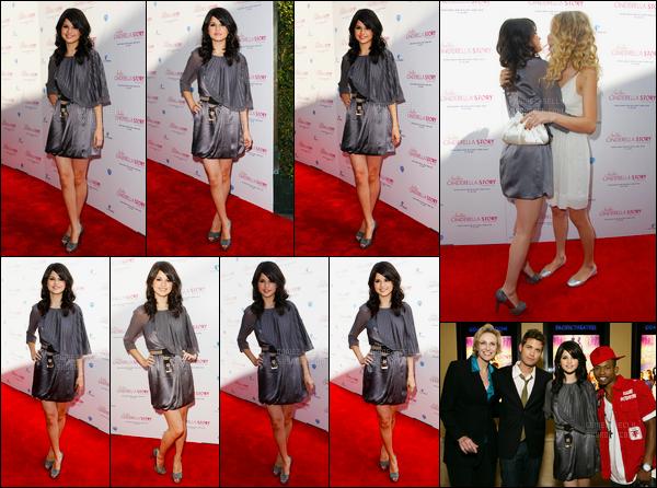 14.08.08 ─ Selena Gomez était présente lors de l'avant-première, de « Comme Cendrillon 2 », dans Los Angeles.Mais regarder qui était aussi présente aux côtés de Selena G., c'était bien sûre Taylor Swift ! Mais également Drew Seeley, son co-star. C'est un top !