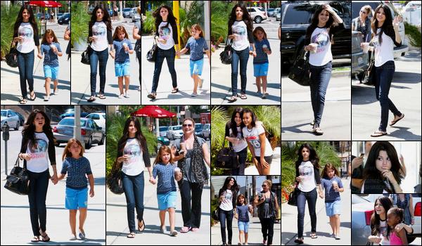 16.08.08 ─ Selena Gomez a été photographiée, alors, qu'elle allait prendre un café avec sa famille à Los Angeles.Deux sorties en une journée, puisque Selena a ensuite été photographiée faisant du shopping avec son ami David Henri. Ces deux tenues sont tops.