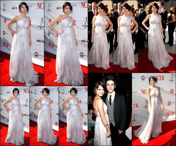 17.08.08 ─ Selena Gomez était présente, lors de l'événement, de « Alma Awards », qui était, dans Hollywood, CA.Whaou, quel beau top que notre belle brunette nous a accorder là ! Sa robe est tellemet magnifique qu'on pourrait croire que c'est une princesse. Top.
