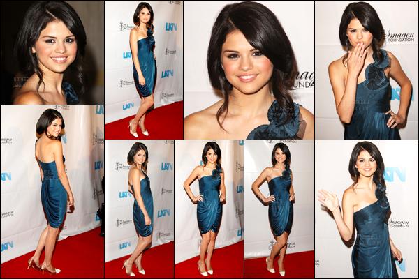 21.08.08 ─ Selena Gomez était présente lors du 23ème annuel de «Imagen Awards», étant dans Hollywood, CA.Décidément, notre belle brunette ne fais que des tops en ce moment en cérémonie. Sa robe bleu est très jolie je trouve, personnellement. C'est top