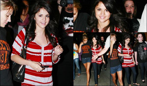 18.08.08 ─ Selena Gomez a été photographiée, alors, qu'elle allait au cinéma qui se situait dans Hollywood, CA.C'est en compagnie de ses amies dont sa co-star Jennifer Stone, que la belle se rendait dans un cinéma. Concernant la tenue, elle est pas mal. Top.
