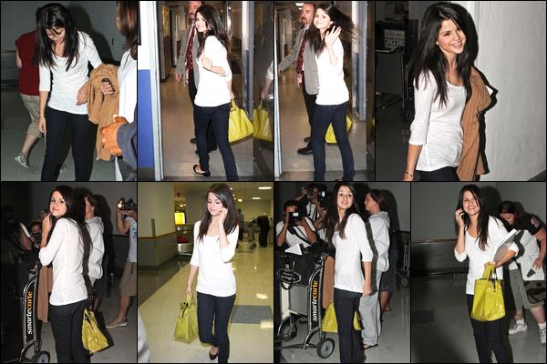 07.09.08 ─ Selena Gomez a été photographiée alors qu'elle arrivait à l'aéroport de LAX, étant, dans Los Angeles.C'est une Selena qui était de très bonne humeur que nous retrouvons, sourire et signe aux paparazzi ça fais plaisir ! Concernant sa tenue est un top !