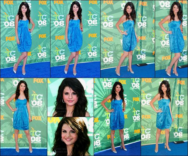 03.08.08 ─ Selena Gomez était présente lors de la cérémonie des « Teen Choice Awards », étant à Los Angeles.La magnifique Selena Gomez était vêtue d'une belle robe bleu ce soir là. Personnellement, je la trouve très belle dans cette robe, c'est donc un top.