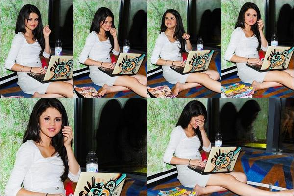 10.09.08 ─ Selena Gomez a été photographiée, alors, qu'elle était dans des studios, étant, dans Los Angeles, CA.Les photos sont comme d'habitude de mauvaises qualité.. Selena était assise avec son ordinateur sur les genoux. Concernant sa tenue a l'air d'un top