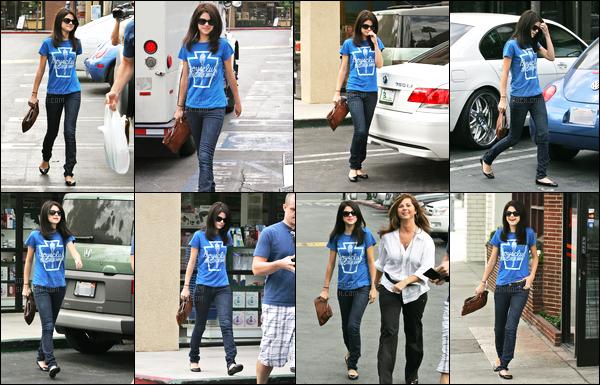 16.09.08 ─ Selena Gomez a été photographiée, alors, qu'elle se promenait dans les rues étant dans Los Angeles.C'est en compagnie de sa paire de lunette de soleil et de sa mère, Mandy, que Selena a été photographiée. Concernant sa tenue, c'est tout simple..