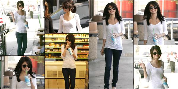 17.09.08 ─ Selena Gomez a été photographiée pendant qu'elle quittait le « Rockridge », se situant, dans Oakland.La belle brunette S. enchaîne les sorties accompagné de sa maman, comme toujours ! Elle avait l'air de très bonne humeur voyant son sourire ! Un top