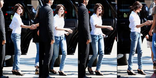 27.09.08 ─ Selena Gomez a été photographiée alors qu'elle arrivait à l'aéroport de LAX, étant, dans Los Angeles.Un peu plus tard dans la journée, Selena G a été photographiée à la cérémonie dont elle était présente à Hollywood.. Ces deux tenues sont des tops !