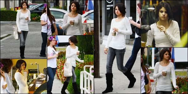 04.10.08 ─ Selena Gomez a été photographiée, pendant, qu'elle faisait du skateboard, étant, dans Los Angeles.Selena Gomez été accompagnée de son amie Jennifer Stone. Plus tard elle a été prendre un café dans Studio City. Ces deux tenues sont des tops !
