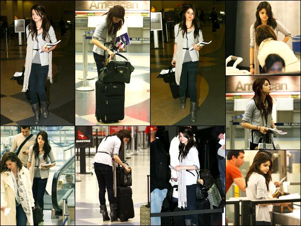 23.01.09 ─ Selena Gomez a été photographiée alors qu'elle arrivait à l'aéroport de LAX étant dans Los Angeles.La jeune chanteuse a été photographiée encore une fois en compagnie de sa mère. Concernant sa tenue c'est un beau top pour ma part. Vos avis ?