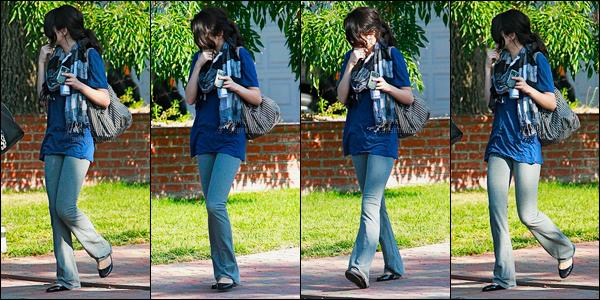05.10.08 ─ Selena Gomez a été photographiée, alors, qu'elle se promenait, dans les rues étant dans Los Angeles.Nous avons peu de photos de la sortie de Selena, c'est bien dommage.. Concernant sa tenue, je n'aime pas du tout son pantalon, mais sinon ça va.