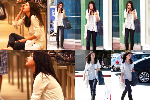 11.10.08 ─ Selena Gomez a été photographiée pendant qu'elle faisait du shopping dans la ville dans Toluca Lake.C'est accompagnée de sa maman et de son beau-père que la belle faisait du shopping, assise en plein milieu du magasin. Concernant la tenue, top !