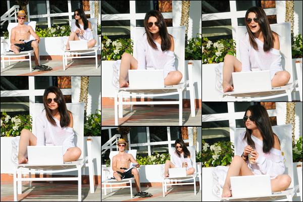 10.03.09 ─ Selena Gomez a été aperçue, alors, qu'elle était au bord de la piscine de son hôtel, dans Porto Rico.Sel été en compagnie de son ami et co-star, David Henrie. Egalement d'une canette et de son ordinateur. On voit pas sa tenue mais le haut est top