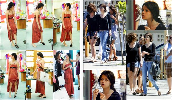 11.03.09 ─ Selena Gomez a été photographiée, alors, qu'elle faisait du shopping, dans les rues, dans Porto Rico.Sel a ensuite été photographiée de nouveau en faisant du shopping et dans une tenue différente.. Concernant ses tenues, c'est deux tops pour moi !