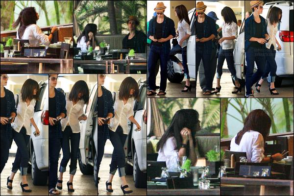 12.03.09 ─ Selena Gomez a été photographiée alors qu'elle arrivait à un restaurant, à San Juan, dans Porto Rico.Selena a été photographiée en compagnie de son ami, David Henrie... Concernant sa tenue, c'est plutôt simple mais j'aime bien, c'est donc un top !