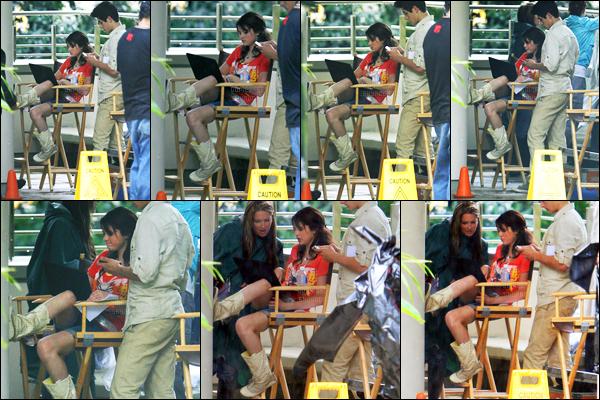 17.03.09 ─ Selena Gomez a été vue alors qu'elle était sur le set des « Sorciers de Waverly Place » dans Porto Rico.Selena continue le tournage du long-métrage de la série. Accompagnée de David Henrie, ils étaient visiblement en pause lorsqu'on les a photographiée