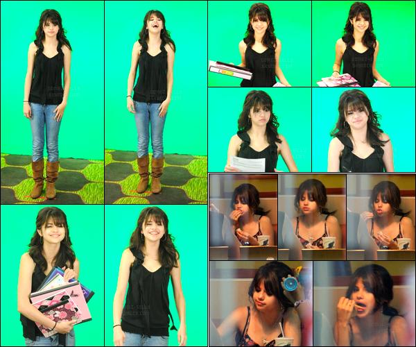 19.03.09 ─ Selena Gomez était présente à l'événement de « Do Something », qui avait lieu étant dans Porto Rico.La tenue de la belle brunette était vraiment très simple mais elle est quand même jolie. Un peu plus tard, Selena a été photographiée à McDonalds.