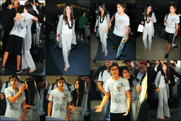 03.04.09 ─ Selena Gomez a été photographiée alors qu'elle arrivait à l'aéroport de LAX étant dans Los Angeles.Selena été accompagnée de Jake T. Austin, ils reviennent sûrement du tournage du long-métrage. Concernant sa tenue, c'est du décontracté ! Flop.