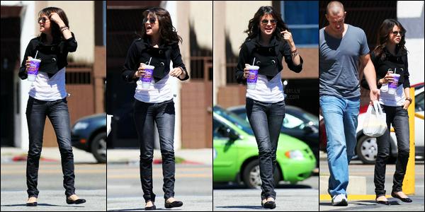 05.04.09 ─ Selena Gomez a été photographiée, alors, qu'elle se promenait, dans les rues, étant dans Hollywood.Selena été accompagnée de son beau-père cette journée-là. La veille la belle a été photographiée dans un studio d'enregistrement. Sa tenue est top.