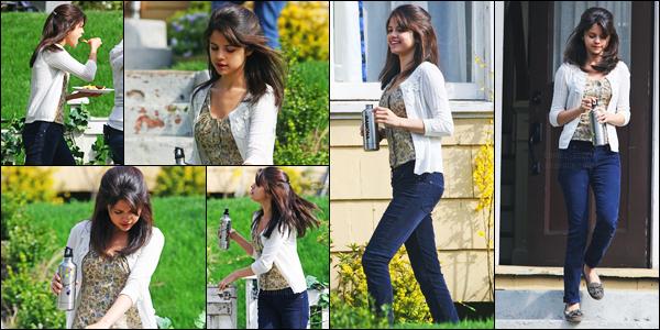 17.04.09 ─ Selena Gomez a été aperçue, alors, qu'elle était, sur le set de « Ramona and Beezus », à Vancouver.Selena a donc commencer le tournage d'un nouveau film, je pense qu'elle devait tourner une scène.. Concernant sa tenue, c'est un top de ma part !