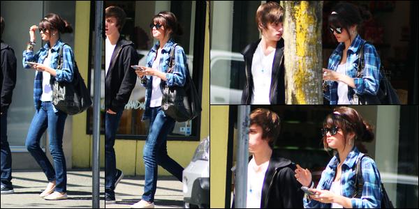 09.05.09 ─ Selena Gomez a été photographiée, pendant, qu'elle quittait le « Cafe Crepe » étant dans Vancouver.Nous avons malheureusement que très peu de photos lors de cette sortie. Je ne sais pas qui accompagnée Selena G. Sa tenue est un top pour moi !