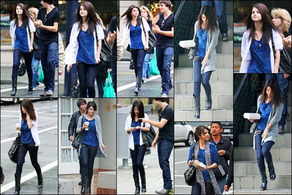 12.05.09 ─ Selena Gomez a été photographiée alors qu'elle faisait du shopping, avec Taylor, étant, à Vancouver.Selena G. toujours accompagné de Taylor, un peu avant, a été photographiée quittant un restaurant avec la famille de celui-ci, sa tenue est un top !