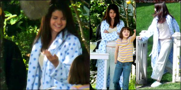 29.05.09 ─ Selena Gomez a été aperçue, alors, qu'elle était sur le set de « Ramona and Beezus » dans Vancouver.Selena tournait une scène du film, accompagné de deux co-star. Elle était vêtue d'un pyjama et d'un peignoir. C'est un flop de ma part quand même..
