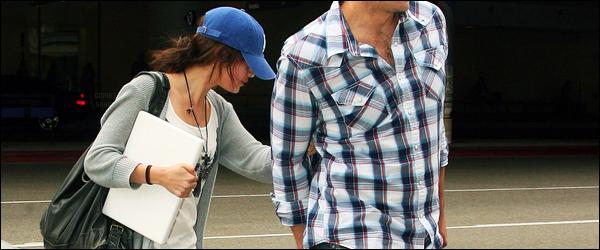 30.05.09 ─ Selena Gomez était présente à l'événement des « ABC summer press tour », étant dans Los Angeles.Un peu plus tôt dans la journée, Selena a été photographiée arrivant à l'aéroport de Los Angeles avec son beau-père. Ces tenues sont tops pour moi