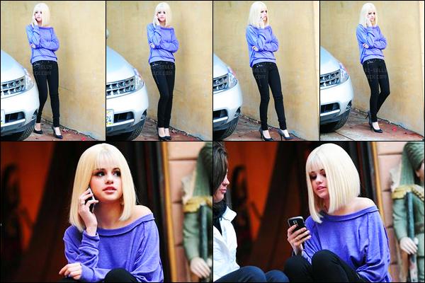 01.06.09 ─ Selena Gomez a été aperçue étant sur le tournage de « outside pepsi holiday house » à Los Angeles.C'est avec une perruque blonde, et son téléphone à l'oreille que Selena a été vue accompagnée de sa maman... Concernant sa tenue, c'est un top !