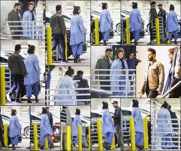 26.01.2017 ─ Selena Gomez a été aperçue, alors, qu'elle quittait le restaurant Dave & Buster's étant à Hollywood.Selena G. été en compagnie de The Weeknd ainsi qu'avec l'équipe de celui-ci... Ils ont été vu main dans la main qui confirme qu'ils sont bien en couple.