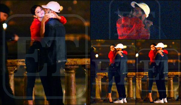 """28.01.2017 ─ Selena Gomez a été photographiée, alors, qu'elle était dans un restaurant, dans Florence, en Italie.Le jeune couple a ensuite été photographiée en ville... Bien que le couple soit """"mignon"""", les photos ne sont pas top malheureusement, en plus tagué..."""