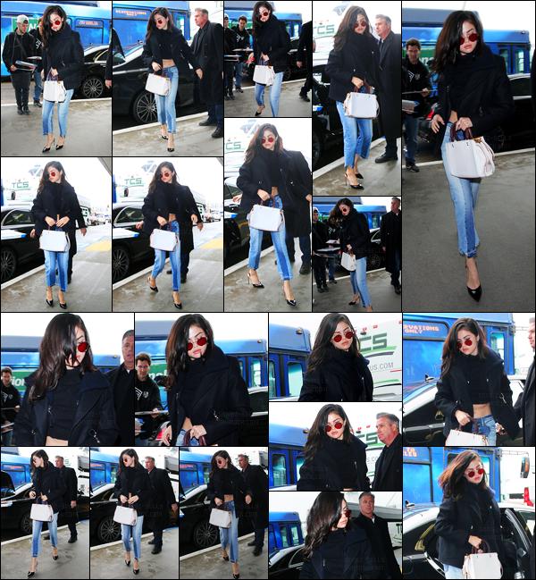 07.02.2017 ─ Selena Gomez a été photographiée alors qu'elle arrivait à l'aéroport de LAX, étant, à Los Angeles.La belle brunette a donc pris un envol pour New-York puisque un peu plus tard,elle a posée avec des fans à New-York City. Sa tenue est top pour moi !