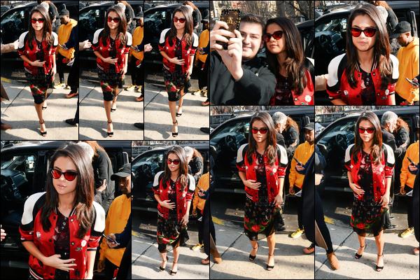08.02.2017 ─ Selena Gomez a été photographiée, pendant, qu'elle quittait son hôtel, étant, dans New-York City.Un peu plus tard dans la journée, Selena Gomez a été vue arrivant à un événement de presse pour la série 13 reasons why. Sa tenue est bof de ma part.